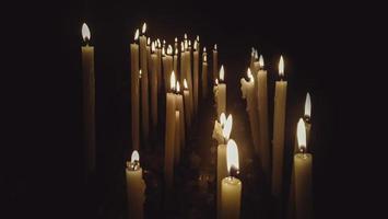 Kirchenkerzen im Dunkeln foto
