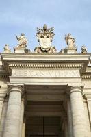 Marmorskulpturen der Päpste auf st. Petersplatz in der Vatikanstadt foto