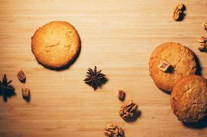 Kekse mit Nüssen und Gewürzen auf dem Küchentisch foto