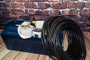 Werkzeugkasten mit elektronischem Material und Ausrüstung für die Installation foto