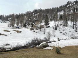 verschneite landschaft der valtellina-berge foto