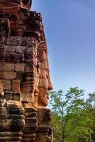 Steinreliefs Kopf auf Türmen am Bayon-Tempel in Angkor Thom foto