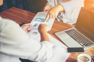 Finanz-, Anlageberater-Beratung mit ihrem Team im Büro. foto