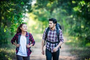 junges Paar mit Rucksäcken im Wald spazieren. Abenteuerwanderungen. foto