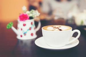 Tasse Cappuccino im Café-Hintergrund. foto