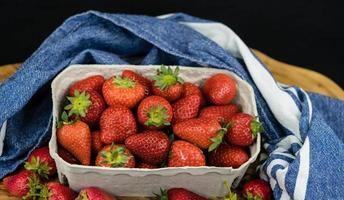 Erdbeerfrüchte in einer Pappschachtel foto