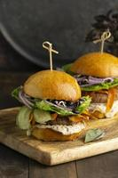 Arrangement mit leckerem veganem Burger foto