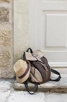 urlaubselemente mit rucksack in montenegro foto