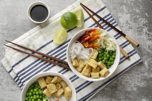 Arrangement mit leckerem veganem Essen foto
