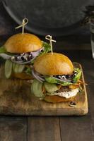 Komposition mit leckerem veganem Burger foto
