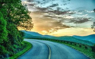 Fahren auf Blue Ridge Parkway im Frühjahr foto