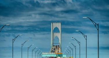 Fahren im Verkehr über die Newport Bridge foto
