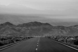einsame leere Straße zum Deth Valley Nationalpark foto