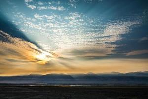 Surrealer Owens Lake bei Sonnenuntergang in Kalifornien, USA foto