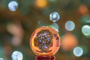 Kristallkugel mit Weihnachtsbaum auf den Kopf gestellt foto