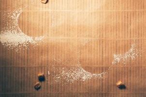 Leerer Raum aus rundem Keks auf strukturiertem Papier mit Mehl foto