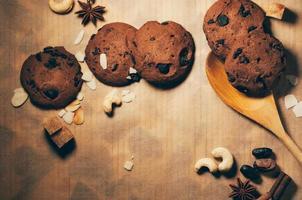 runde knusprige Schokoladenkekse mit Gewürzen und Nüssen auf einem Tisch foto