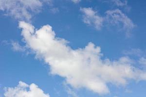 blauer Himmel mit Wolkennahaufnahme, mit Exemplar foto