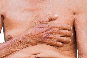 Nahaufnahme asiatischer älterer Mann Brust foto
