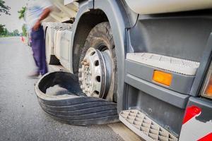 beschädigte 18 Wheeler Sattelschlepper geplatzte Reifen auf der Autobahn foto