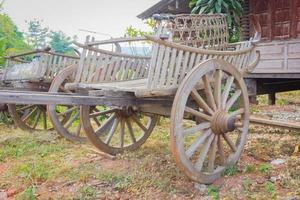 Nahaufnahme alten traditionellen Ochsenkarren in einem Park, thailand foto