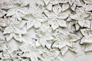 der weiße Stuck im thailändischen Stil an der Wand foto