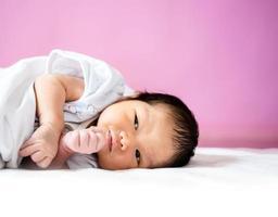 süßes neugeborenes baby foto