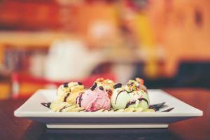 Eisbecher Vanille-Erdbeer-Schoko-Zitronen-Kugeln mit Banane foto