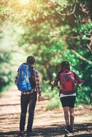 Rückseite des Paares wandern. Paar Abenteuerreisen. foto