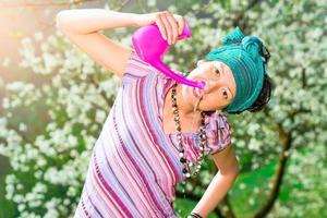 jala neti Nasenspülung mit einer Frau, die in der Frühlingsnatur praktiziert foto