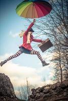 springendes junges Mädchen foto