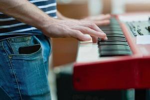 Keyboarder Detail einer Popgruppe während einer Show foto