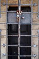 abstraktes altes Gebäude beherbergt Fenster foto