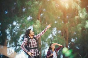 Paar im Wald zusammen wandern. Abenteuerreisen Urlaub. foto