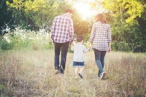 junge Familie, die gute Zeit zusammen verbringt. Familie draußen verliebt. foto