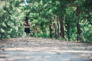 junge Fitnessfrau, die im Park joggt. foto
