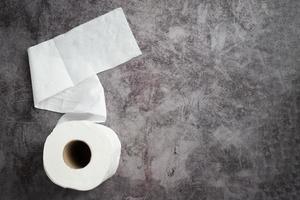 Reinweiße Toilettenpapierrollen auf dem Boden. foto