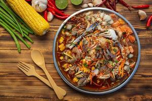 Papayasalat mit Krabben, Lachs, Herzmuscheln, Garnelen foto