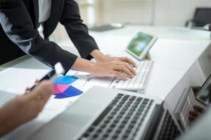 Beratung von Geschäftsmann und Geschäftsfrau erwägen Businessplan foto