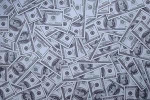 Gruppe von Geldstapeln von 100-US-Dollar-Banknoten foto