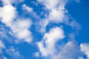 dunkle und glänzende weiche Wolken am Himmel foto