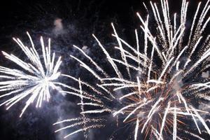 Schönes buntes Feuerwerk am Nachthimmel. foto