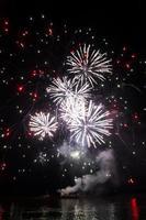 Schönes buntes Feuerwerk, das von einem Flussboot gestartet wird. foto