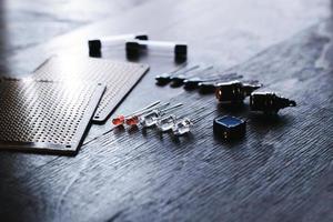 grundlegende elektronische Komponenten. Funkelemente. Löt-Kit. foto