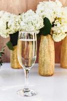 Roséwein in Gläsern. Roséwein auf goldenem Flaschenhintergrund foto
