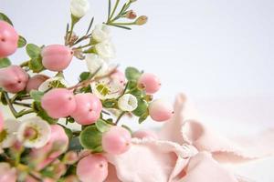 Pfirsichblüten auf Lila mit Band. Grußkarte. foto