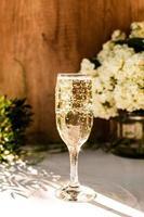 Rose erröten Wein in Gläsern. Flasche Roséwein mit Blumen foto