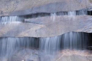Wasser fließt an einem schönen Wasserfall foto