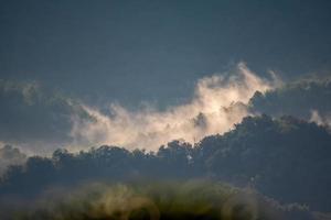 der Nebel, der den Hügel hinunterfließt foto
