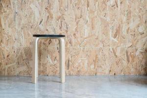 moderner Stuhl mit Holzhintergrund im Wohnzimmer foto